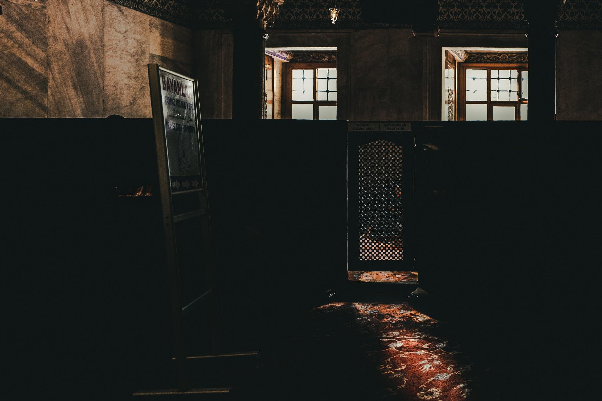 the prayer room.... by Carlos Antonorsi