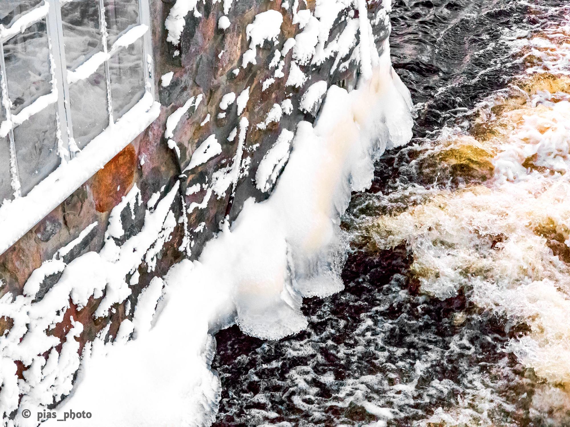 Is på väggen på kvarnen i Högbo by pias_photo