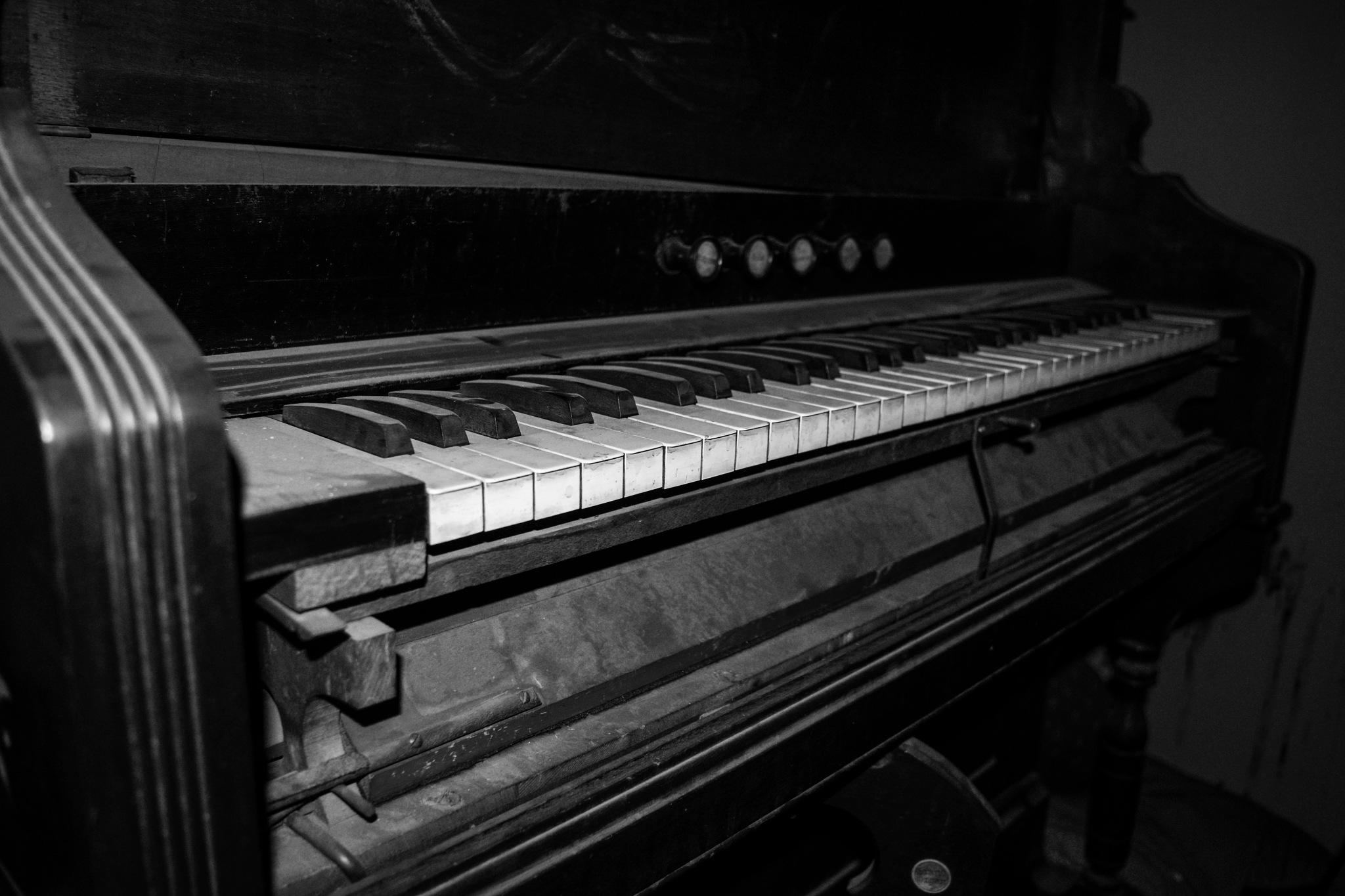 Abandoned ecclesiastical piano by Phsepulveda