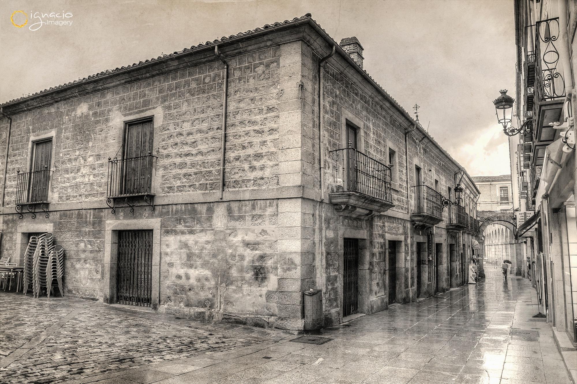 It rains over the old city by Ignacio Leal Orozco