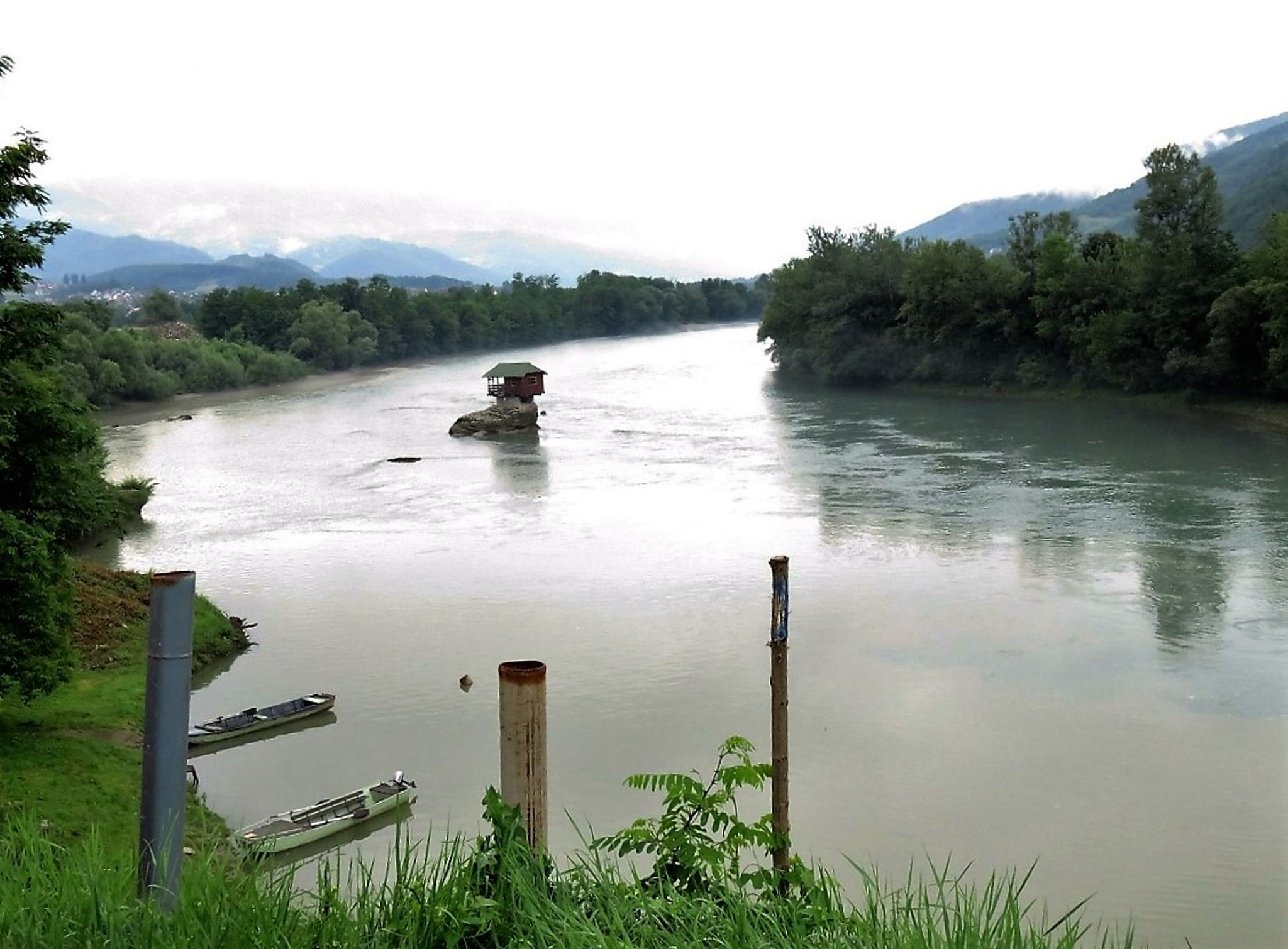 Drina river house by Isabel Mi