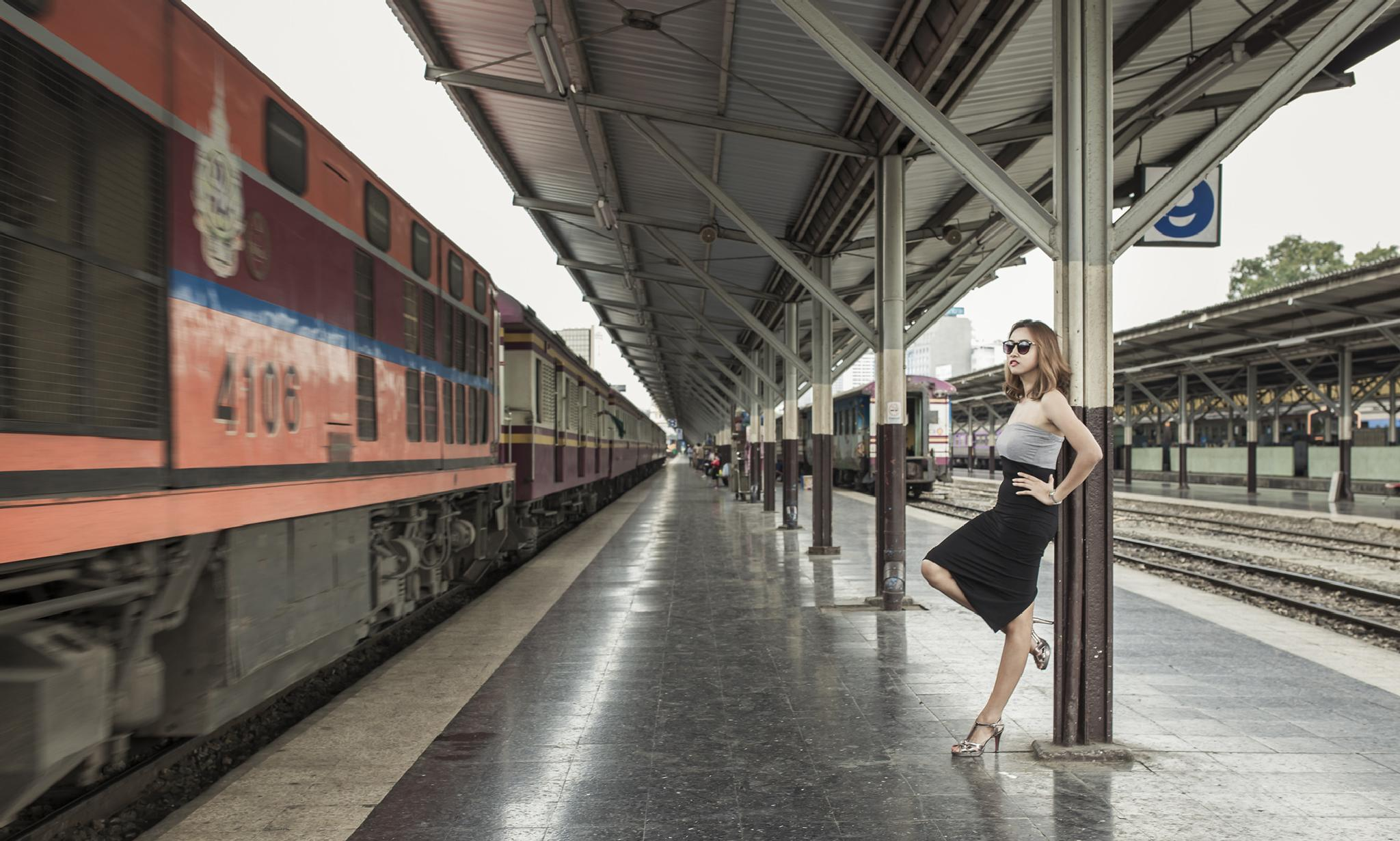 When a train is coming... by PuiiiImage