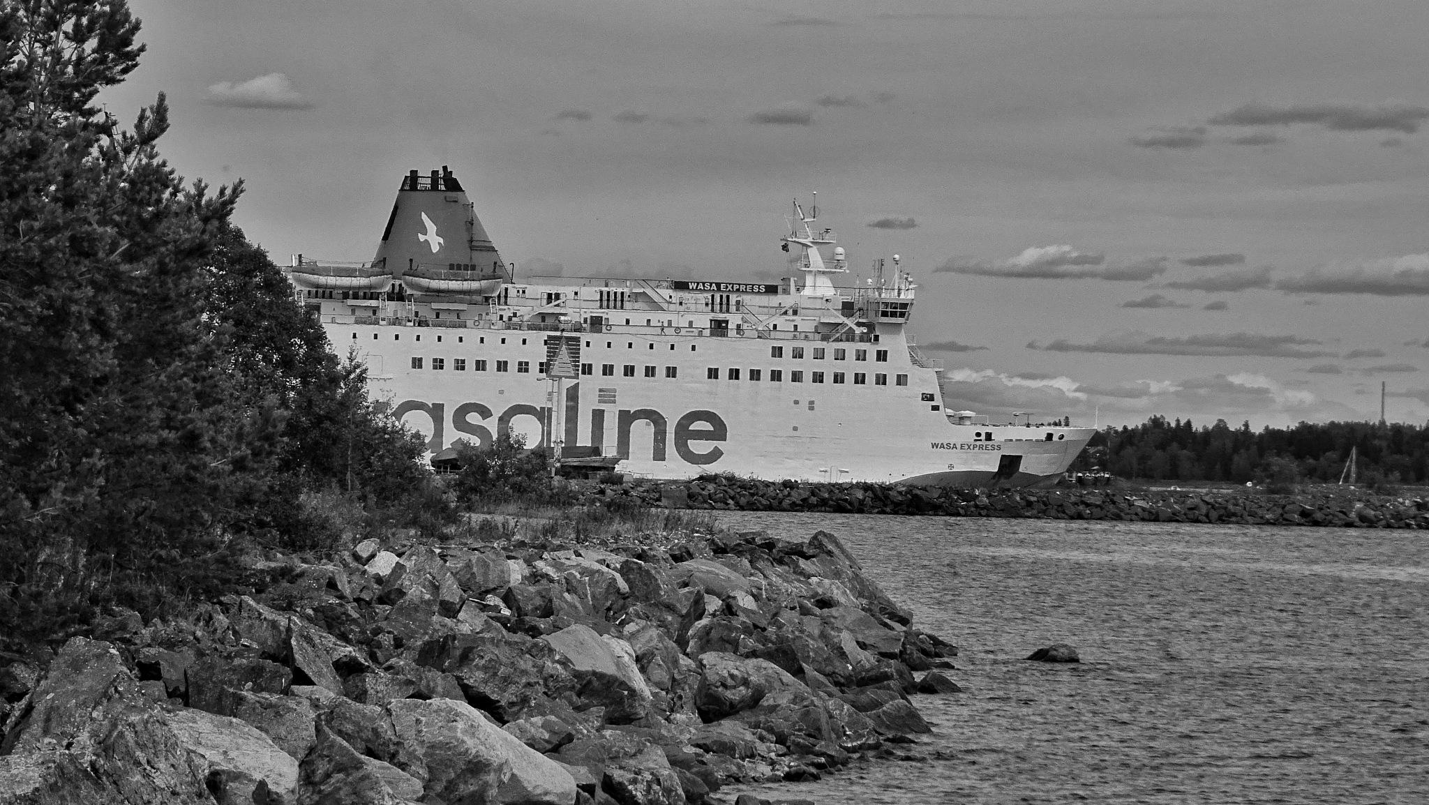 ferry in bw  by Pelle Westberg