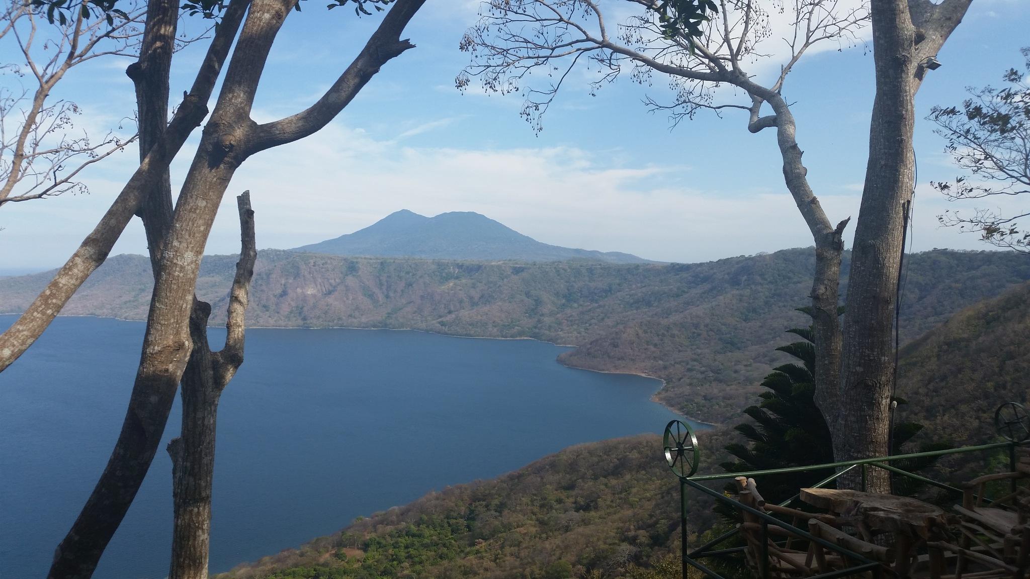 Laguna y volcan by Carlos Luis Delgado
