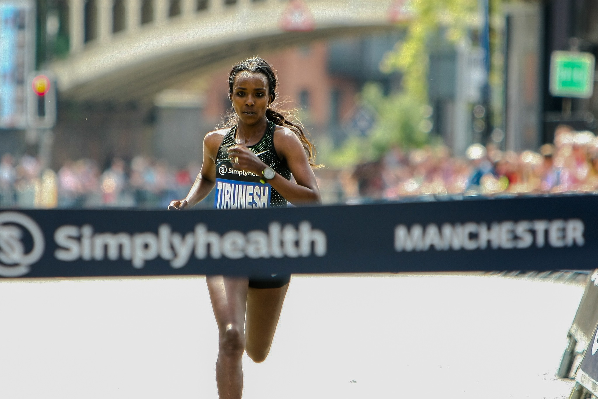 Tirunesh Dibaba wins Manchester 10K.  by Tony Wallbank
