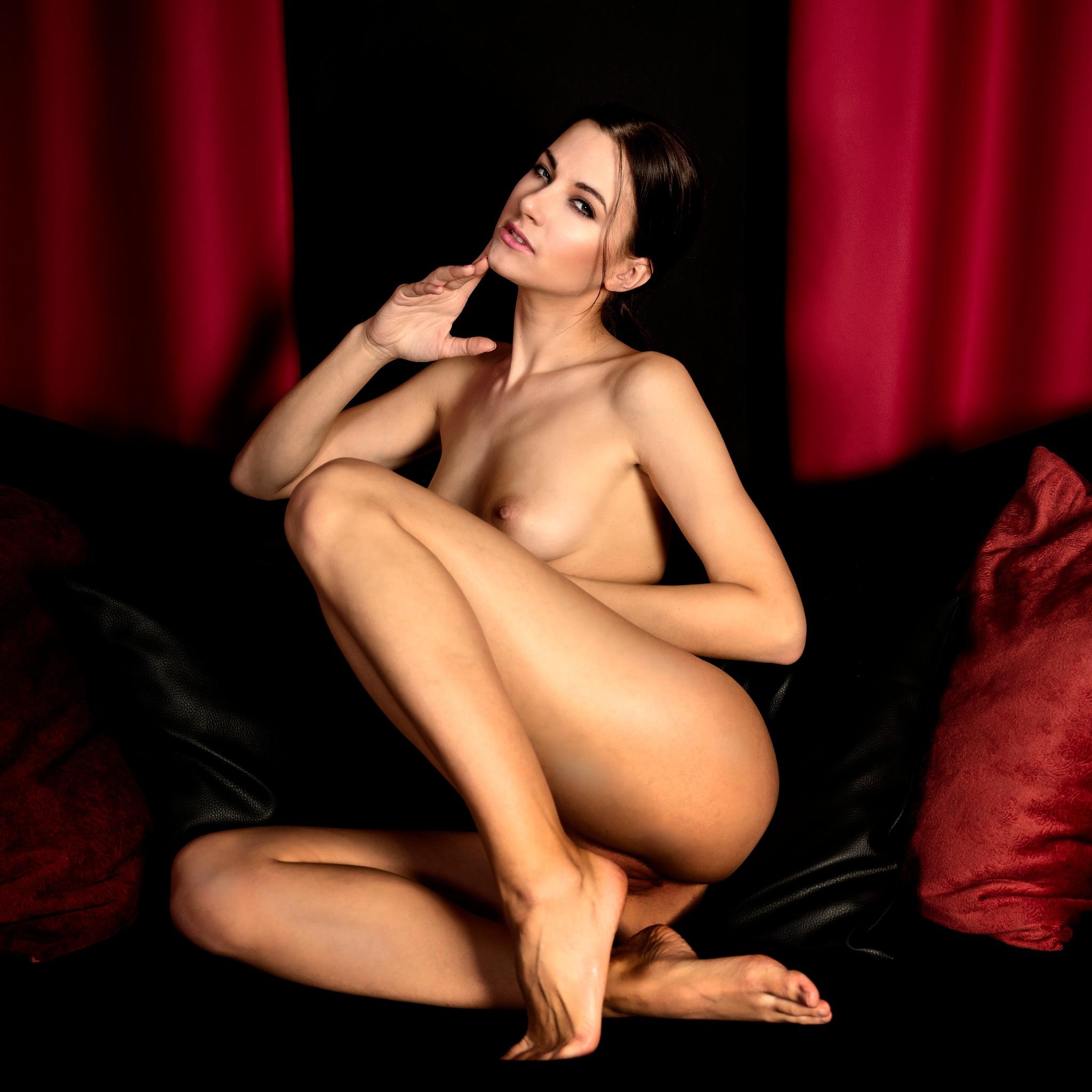 Lauren nude on sofa by JHFotowereld