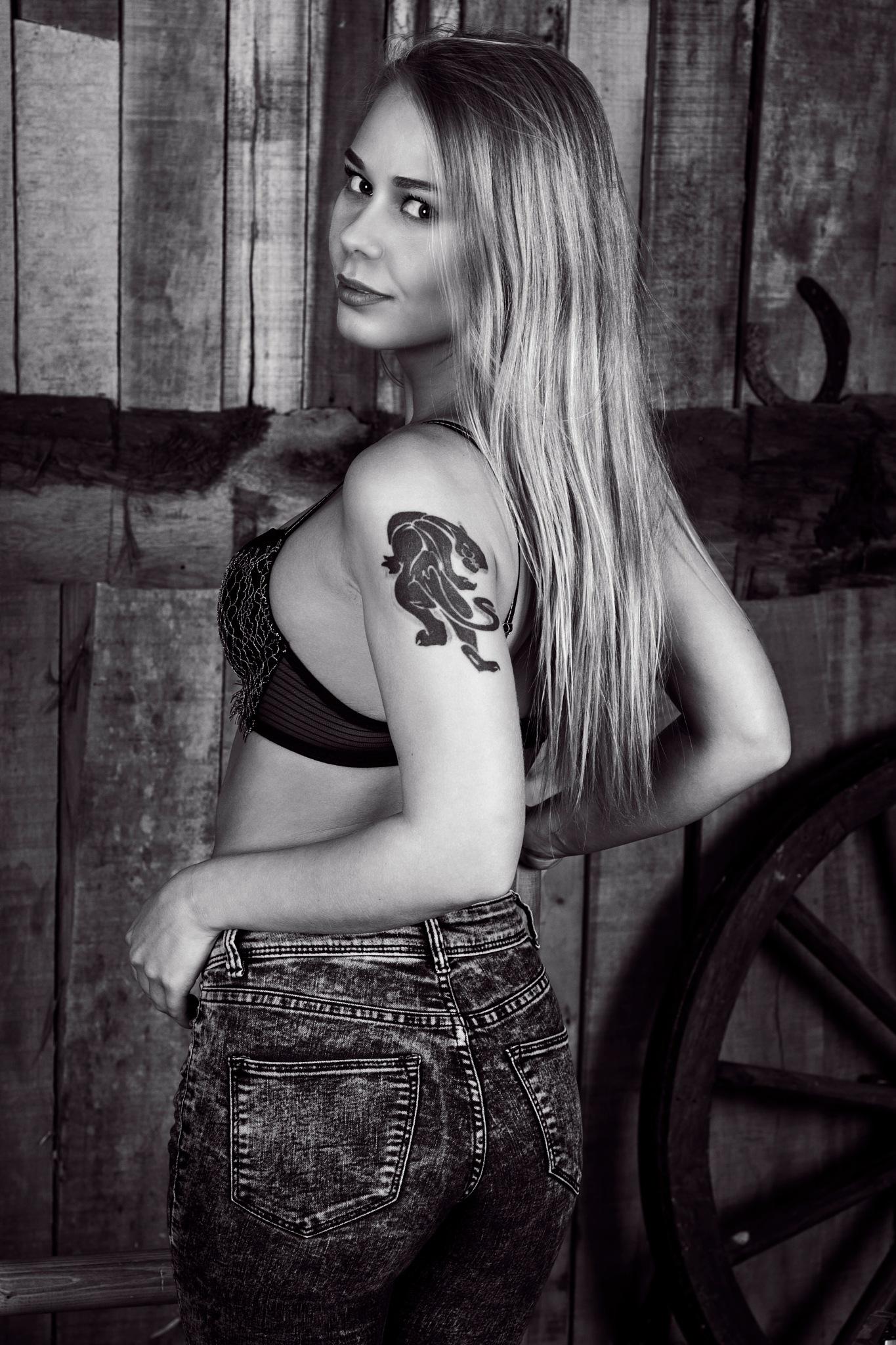 Darina in jeans by JHFotowereld