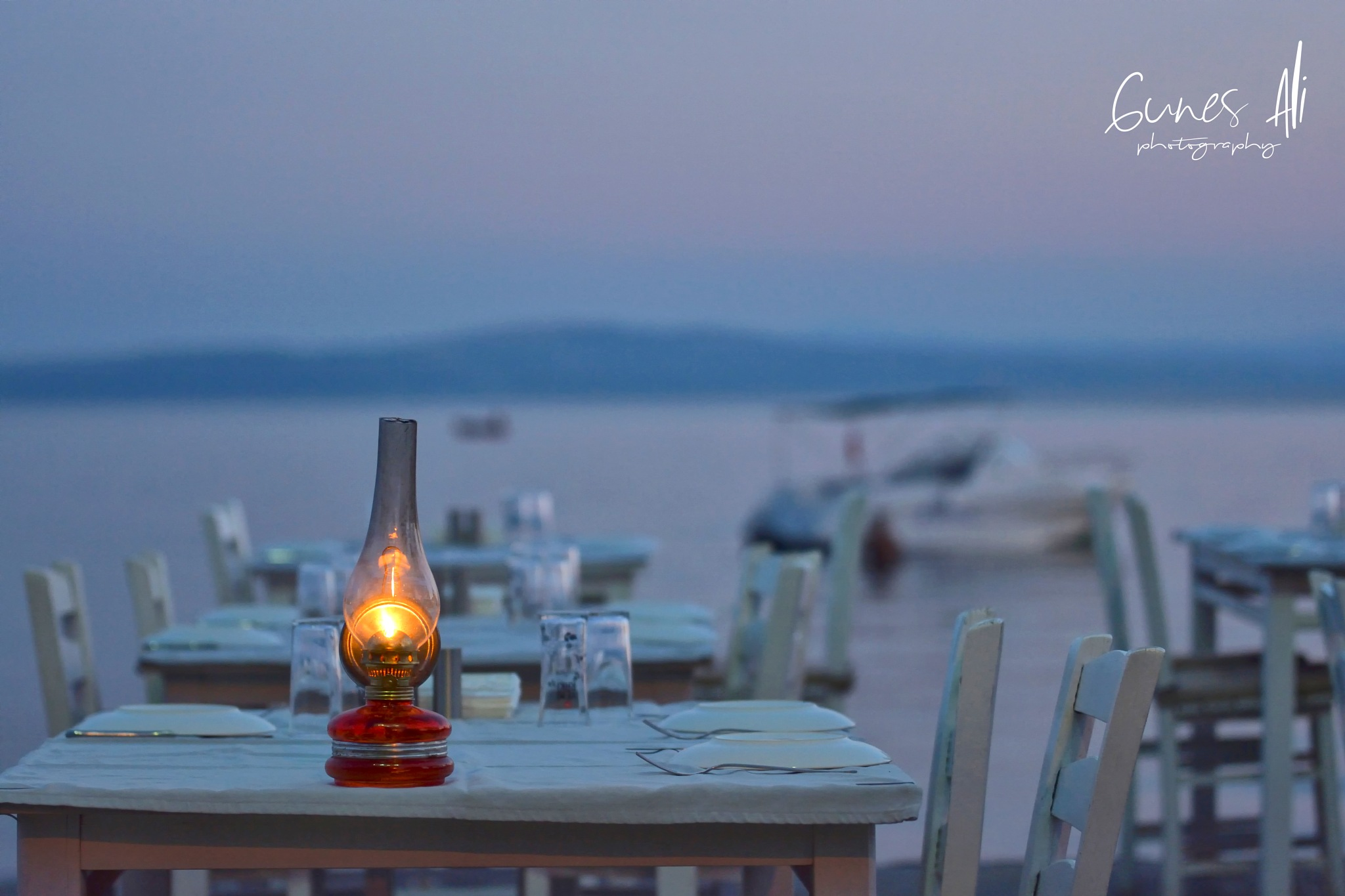 sahilde romantik bi masa by gunesali.photography