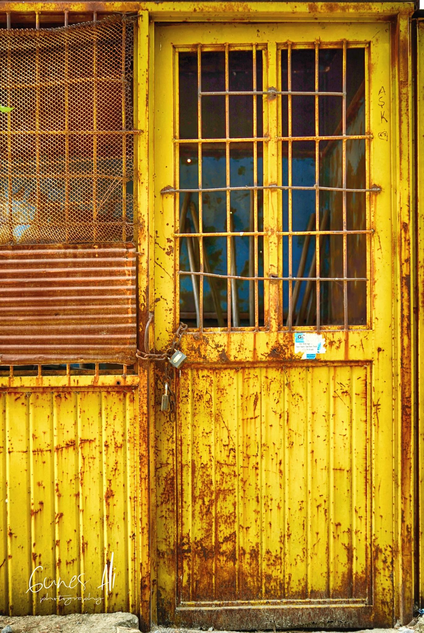 sarı demir kapı by gunesali.photography