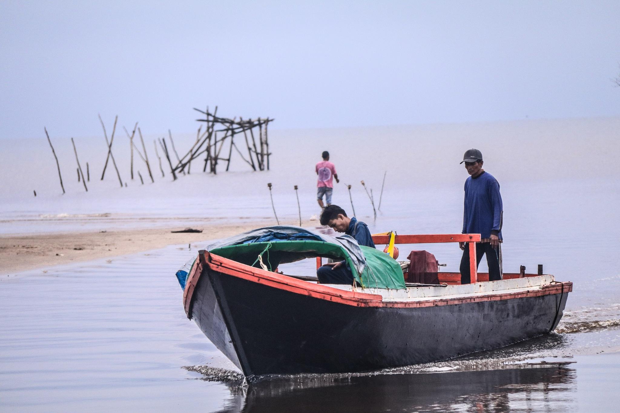 fisherman samboja by Yadi Liauw