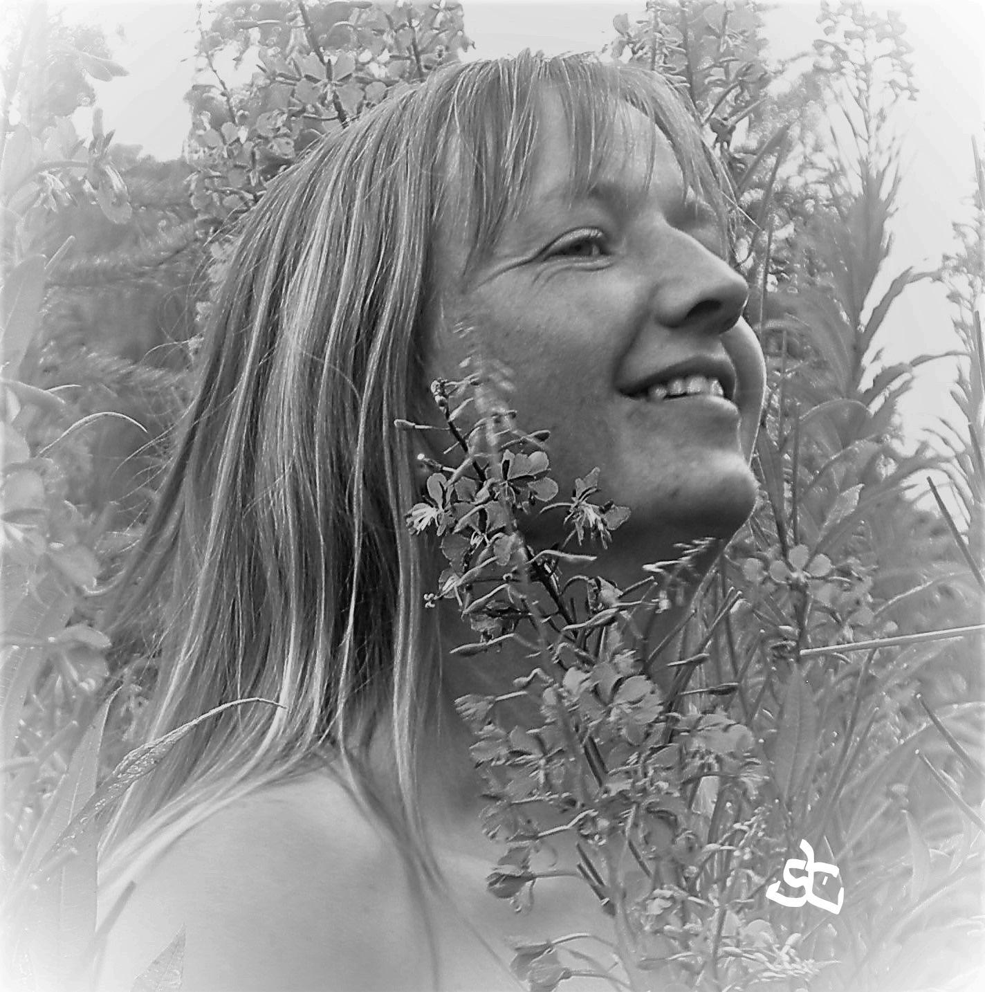 Portrait - wild flowers. by Joergen Hansen