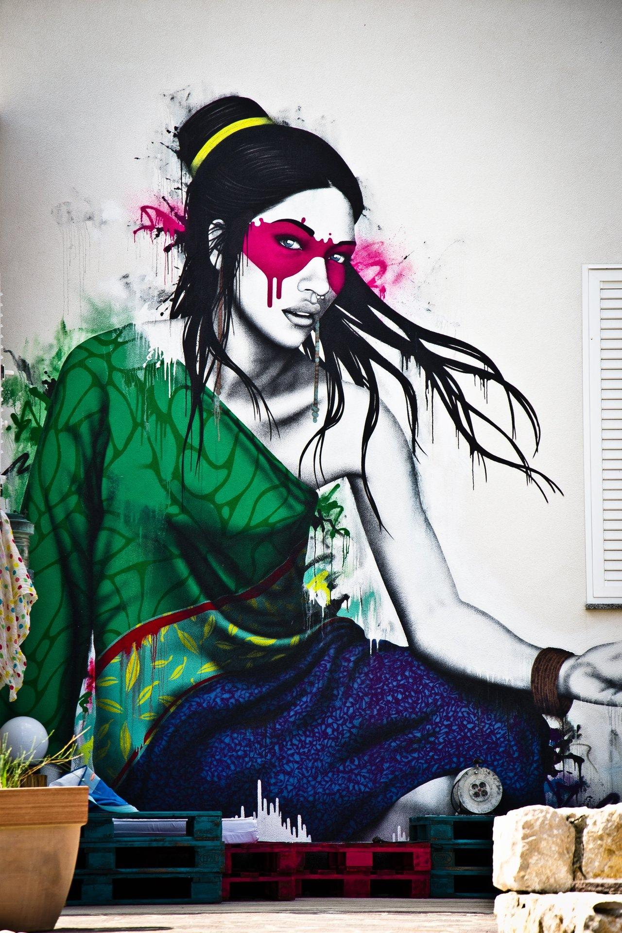 Woman on wall by F1n5tar