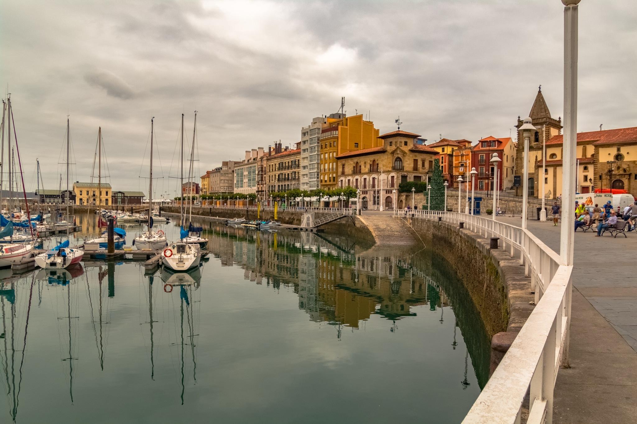 Gijón by Roberto Gonzalo Romero