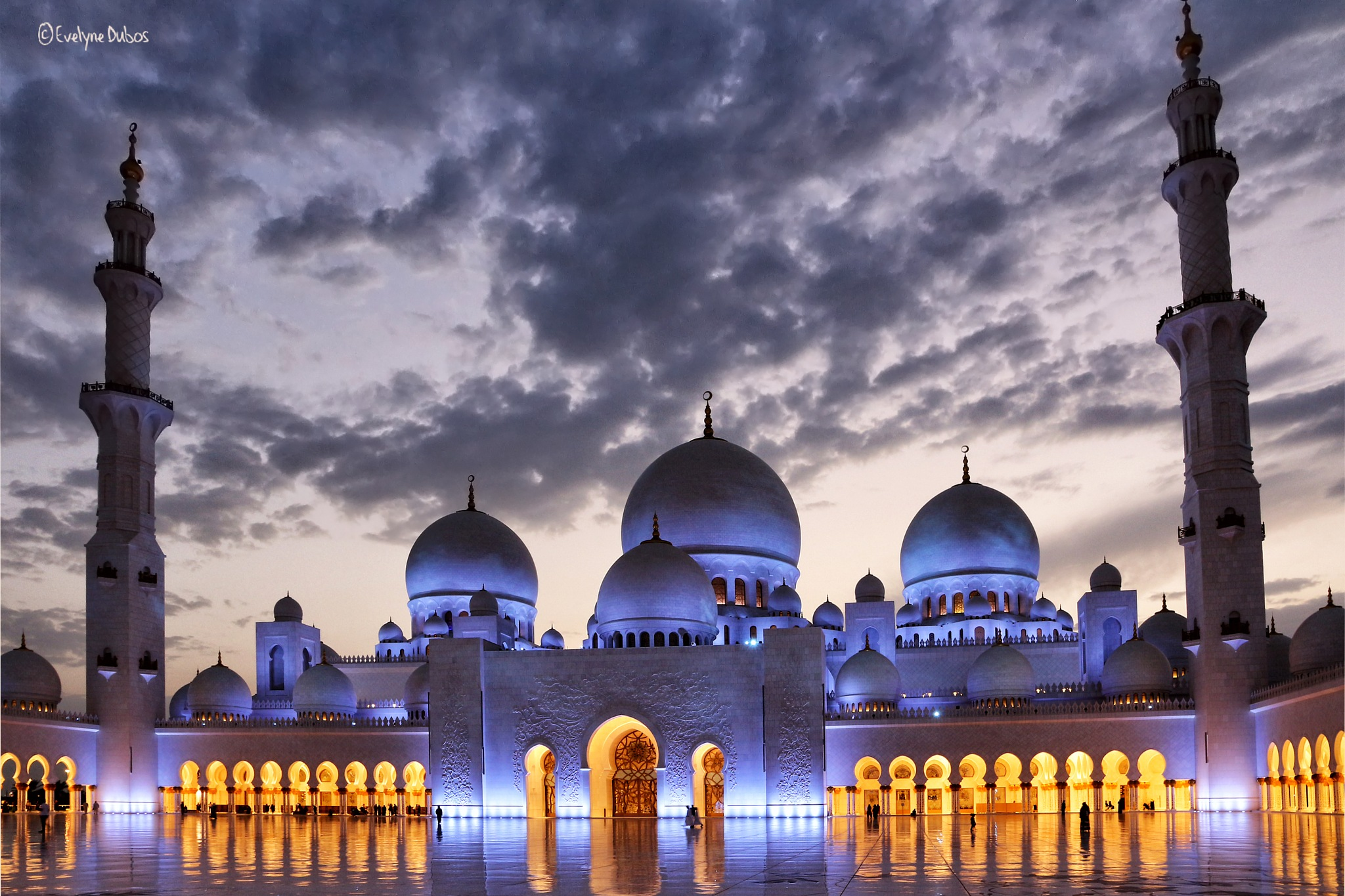 Sheikh Zayed Grand Mosque. by Evelyne Dubos