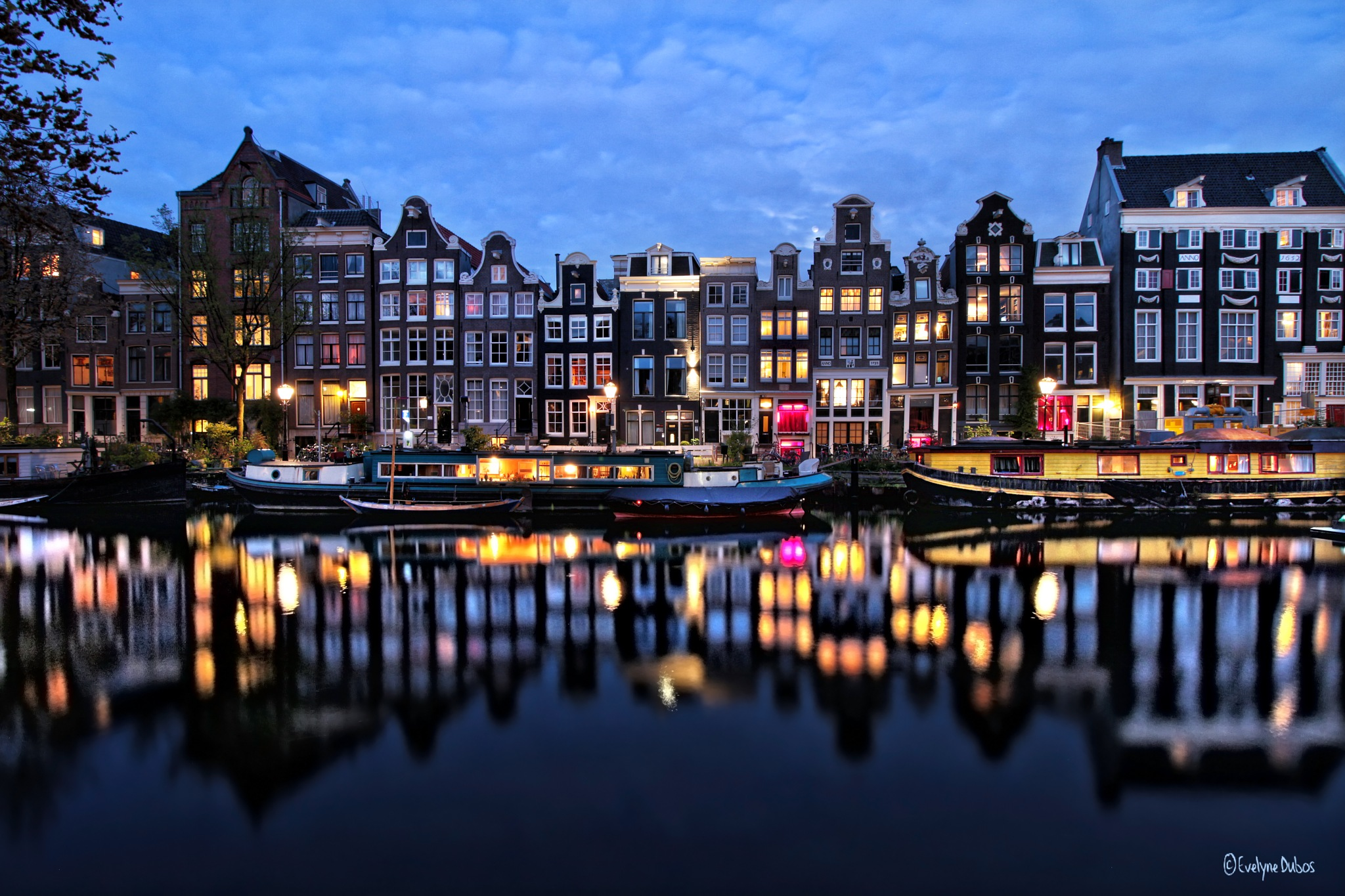 Amsterdam by night. by Evelyne Dubos