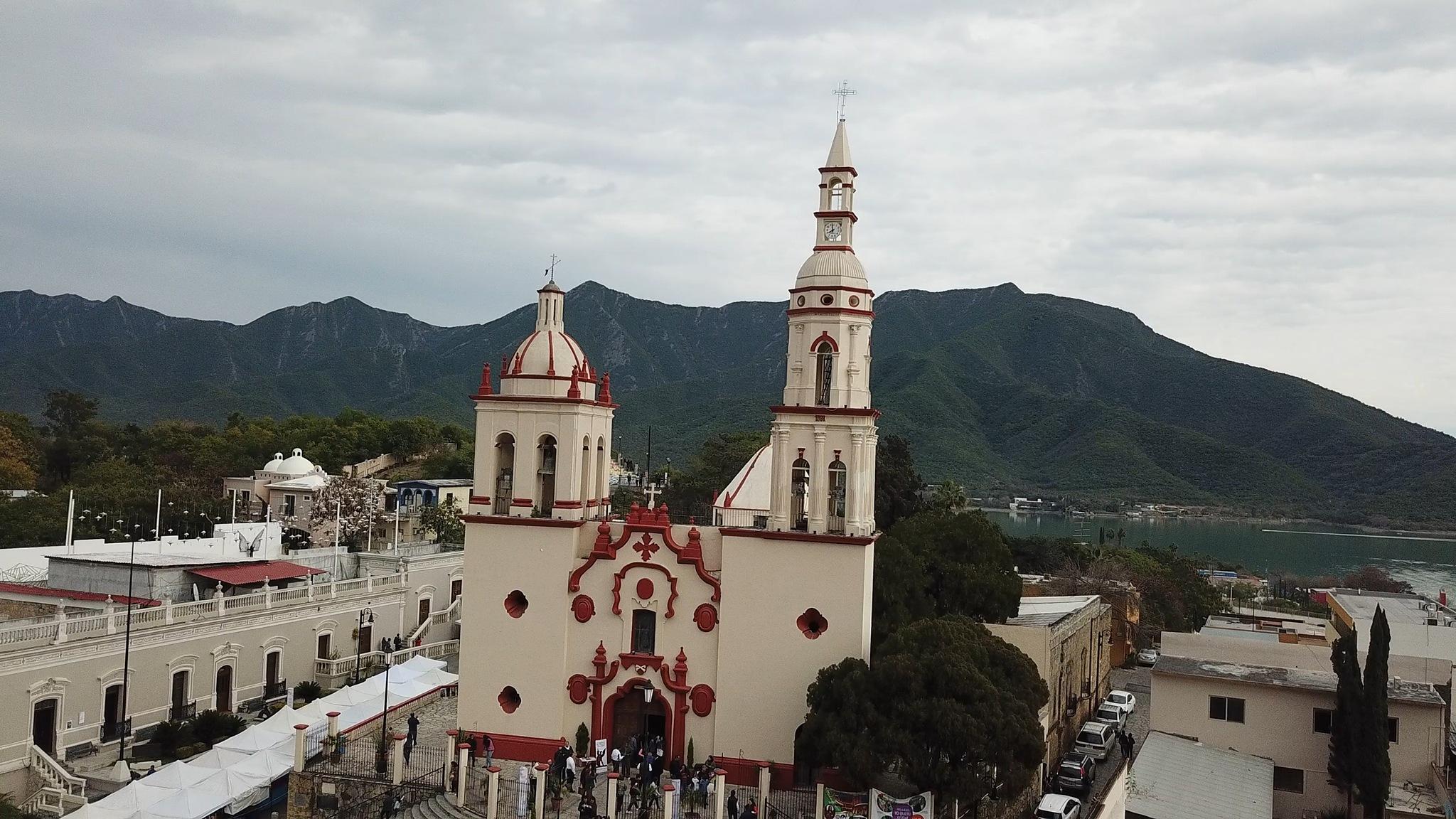 Iglesia de Santiago Apóstol by Pedro Bustos