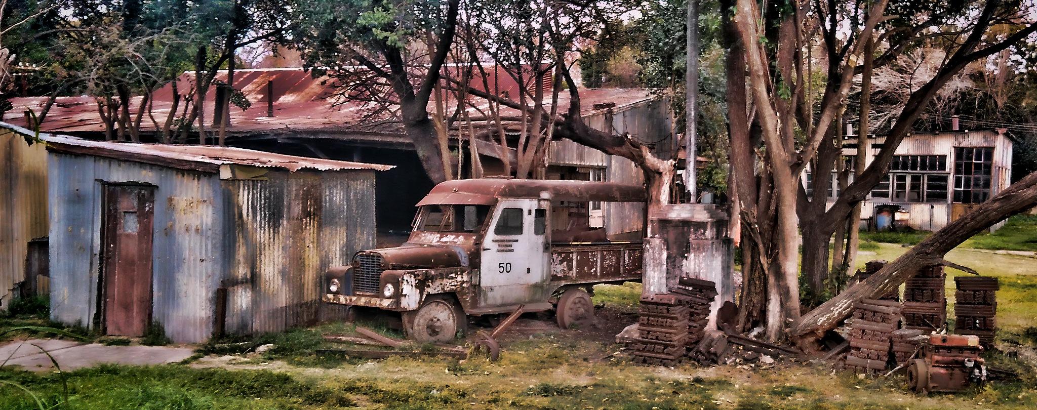 Old Garage by Rubén Gammuto