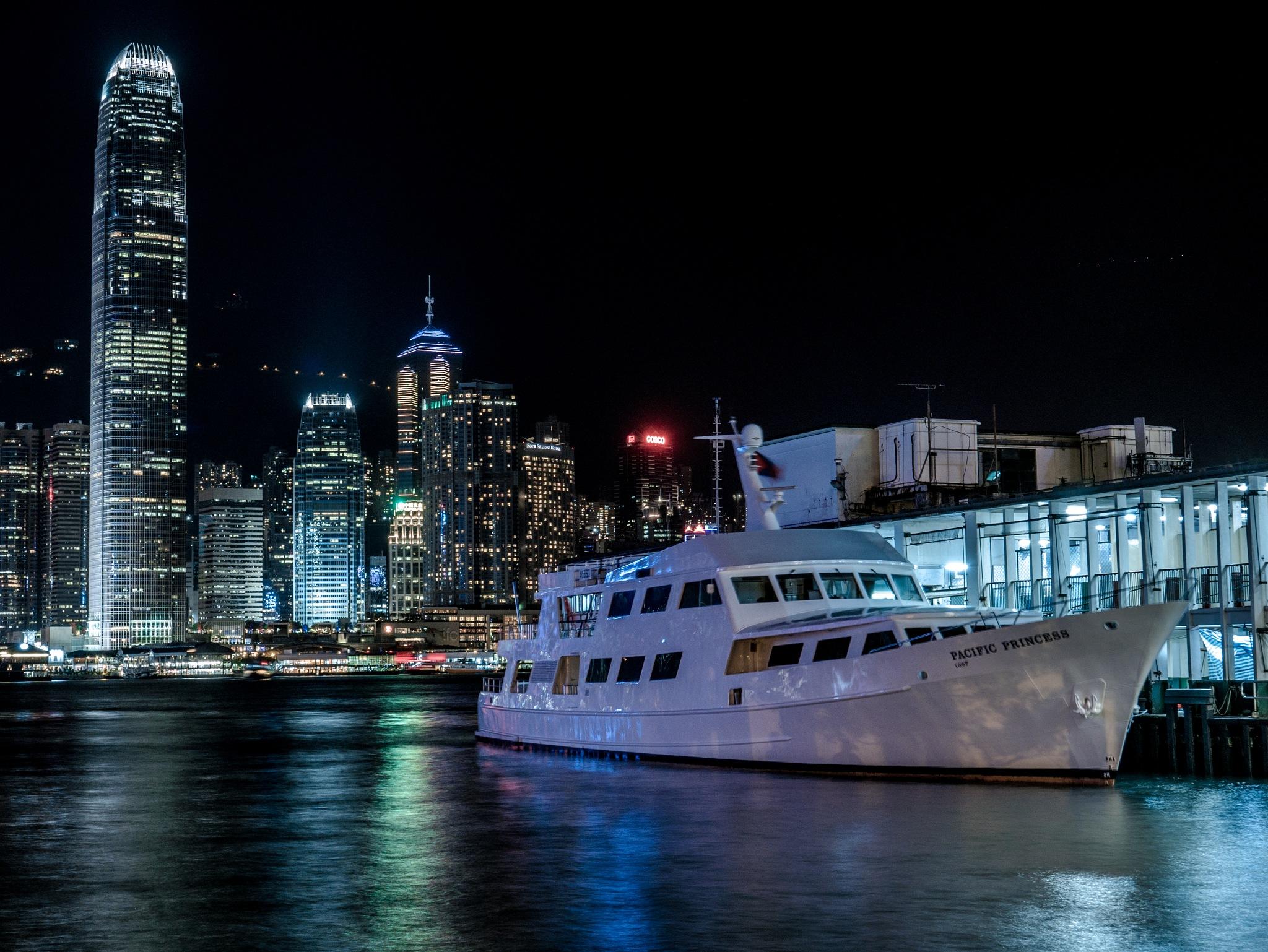A ship at Tsim Sha Tsui ferry terminal by nobu_24