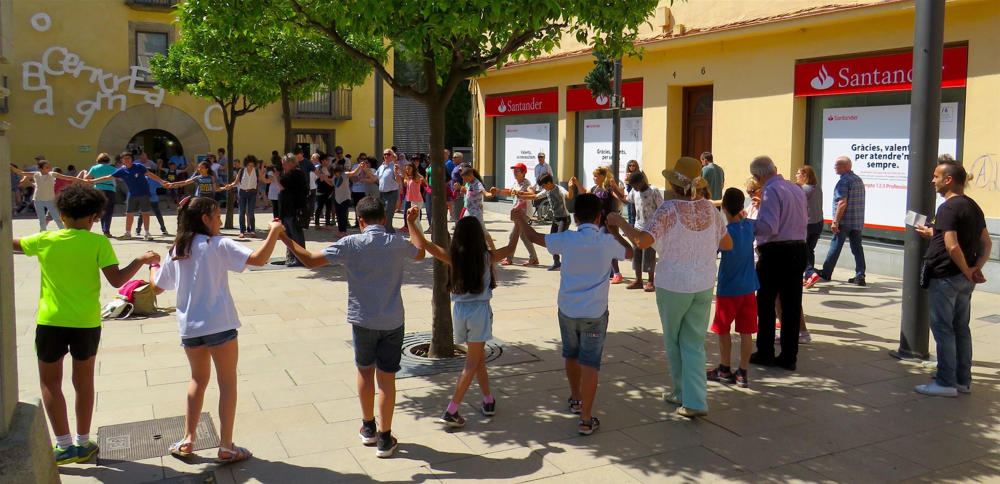 Children dancing by Ddolfelin