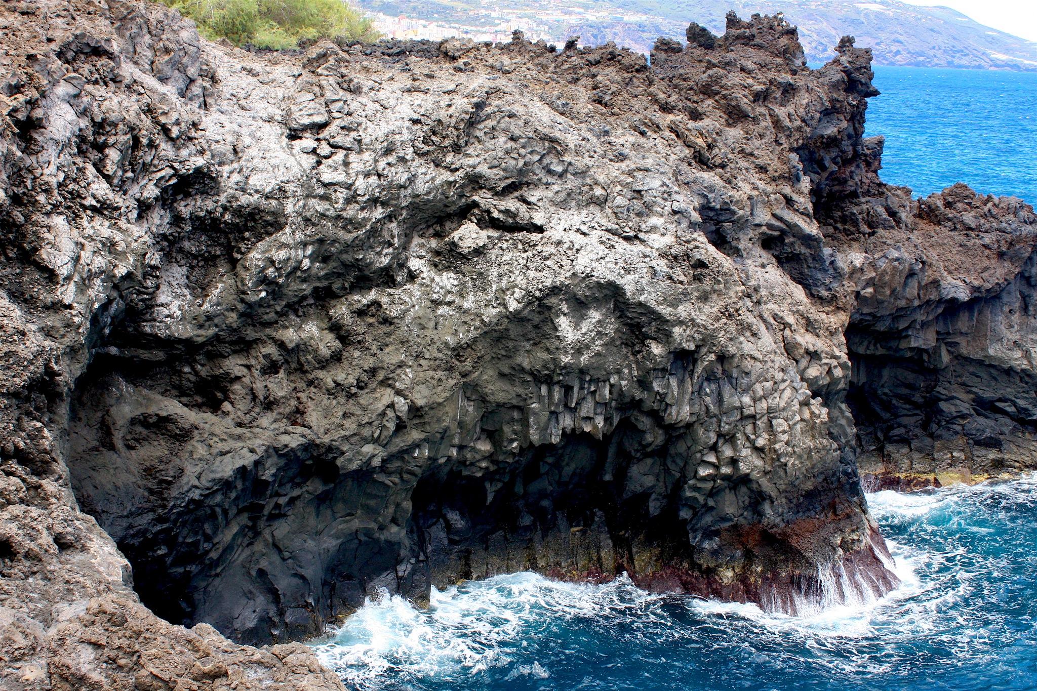 Lava Rock & Waves by Ddolfelin