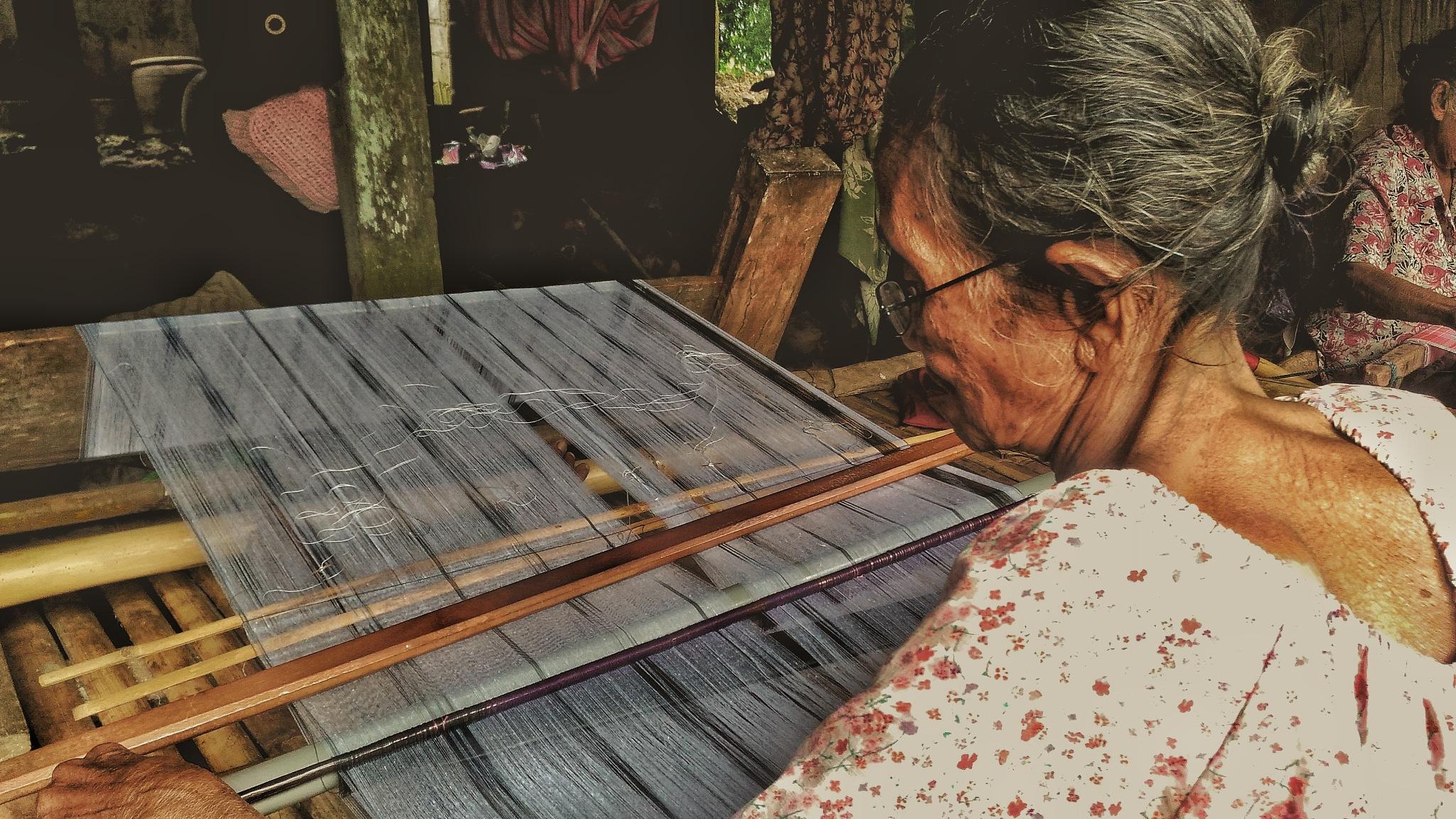 sarong weaving by Koniki Rense