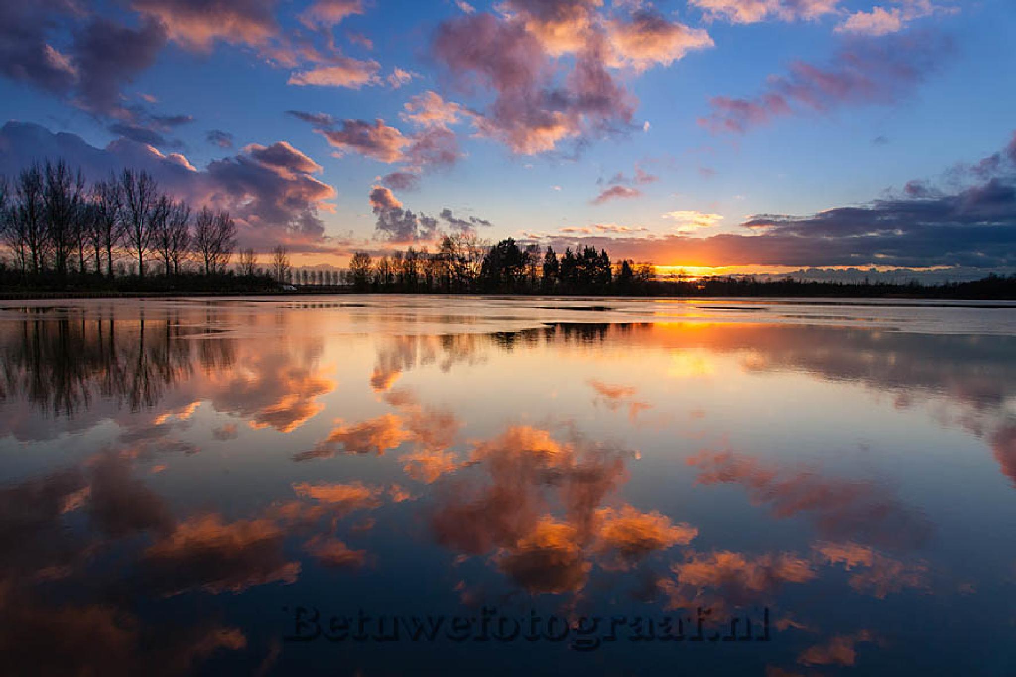 Sky in the mirror by Betuwefotograaf
