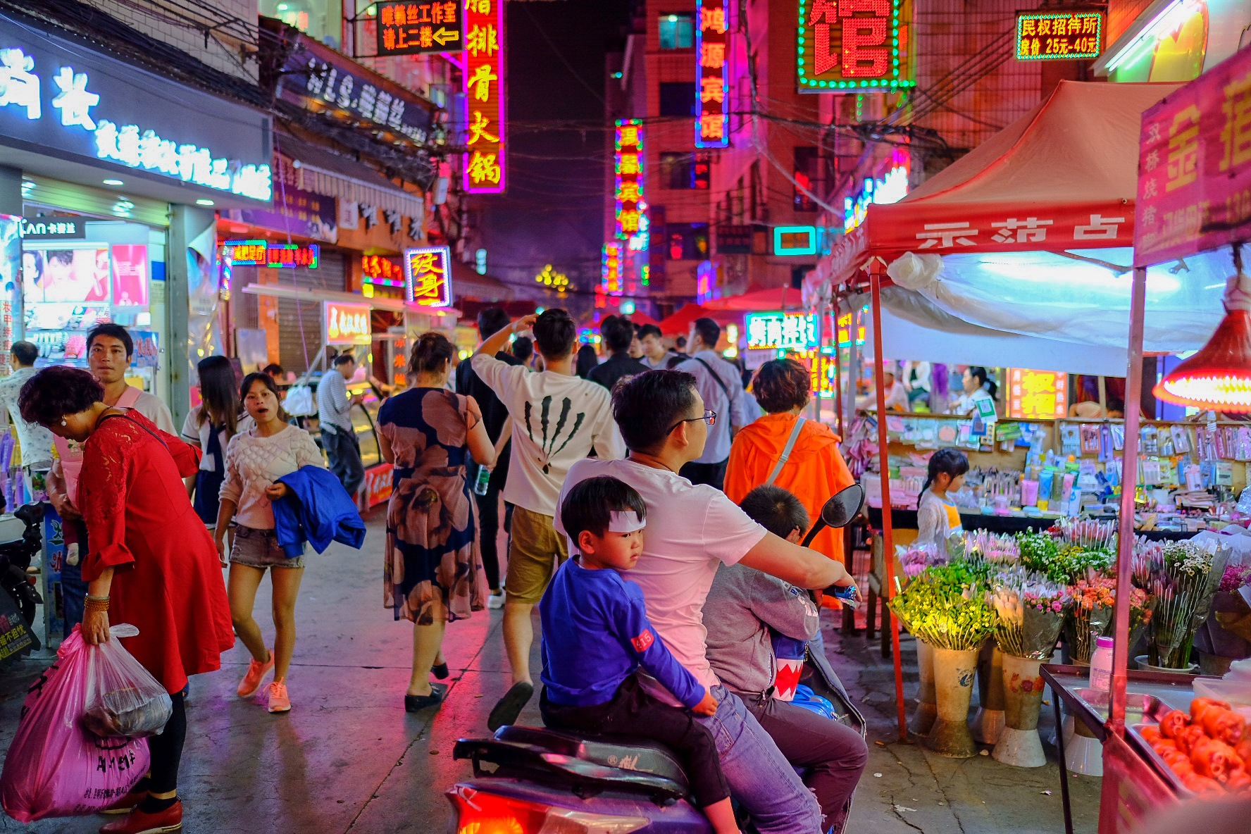 Shuangqiao Night Market   by Ivan Montoya