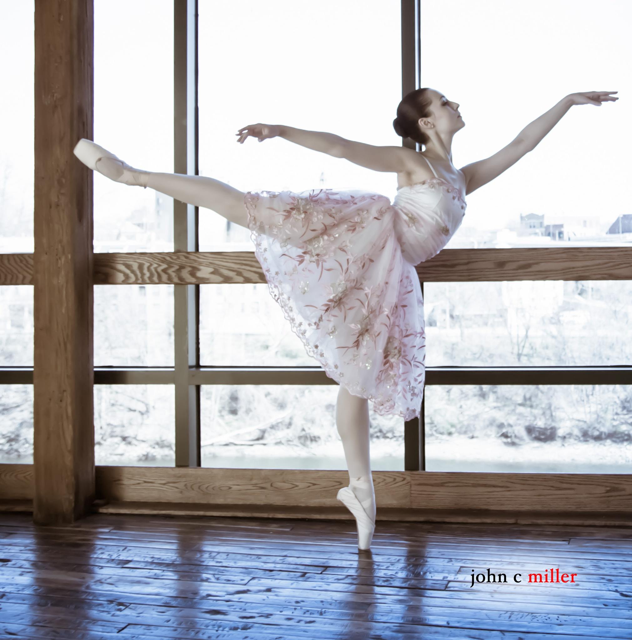 Justine En Pointe by avmus