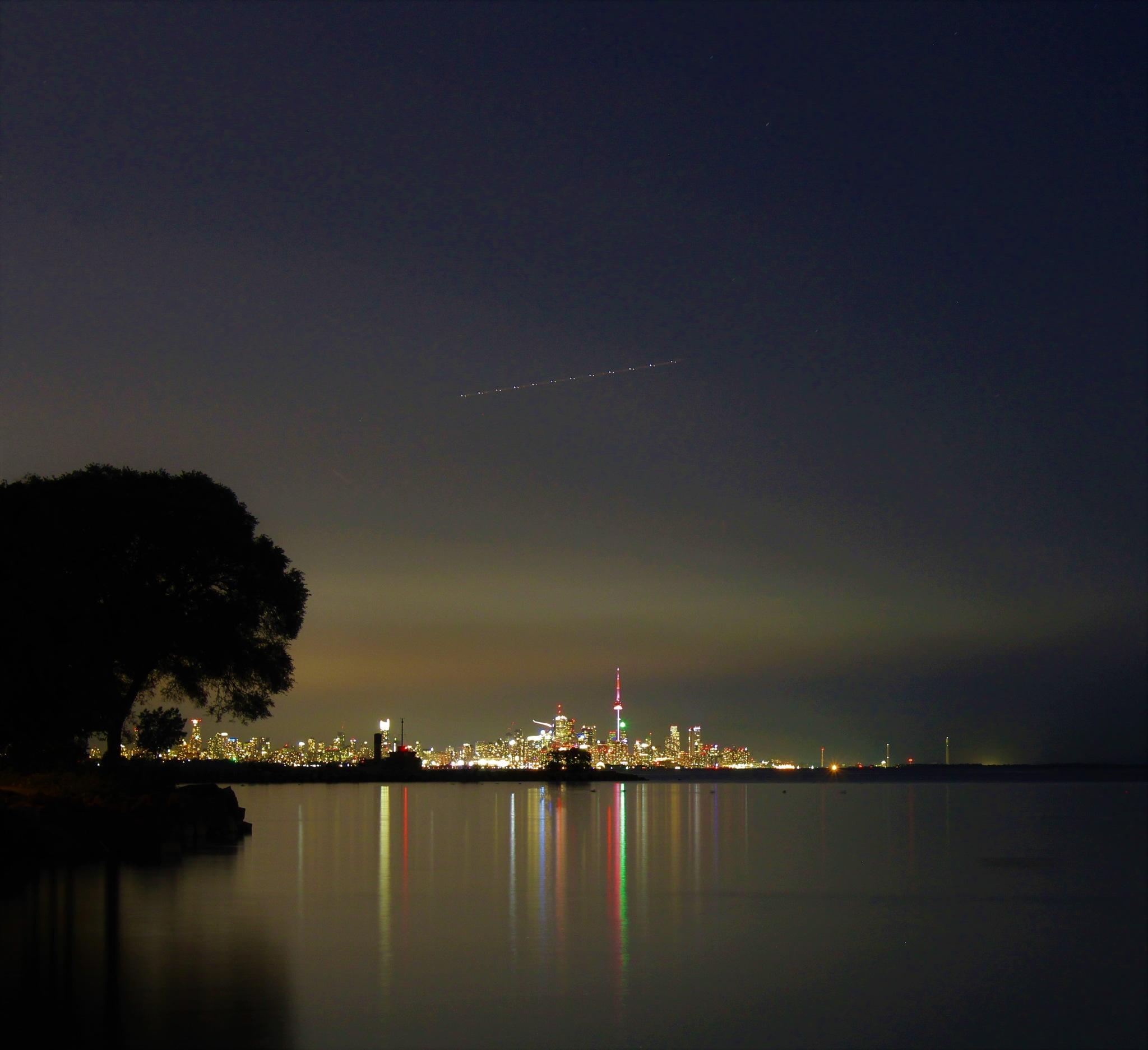 C'est plutôt jolie Toronto de nuit..  by Vert Le Voyage