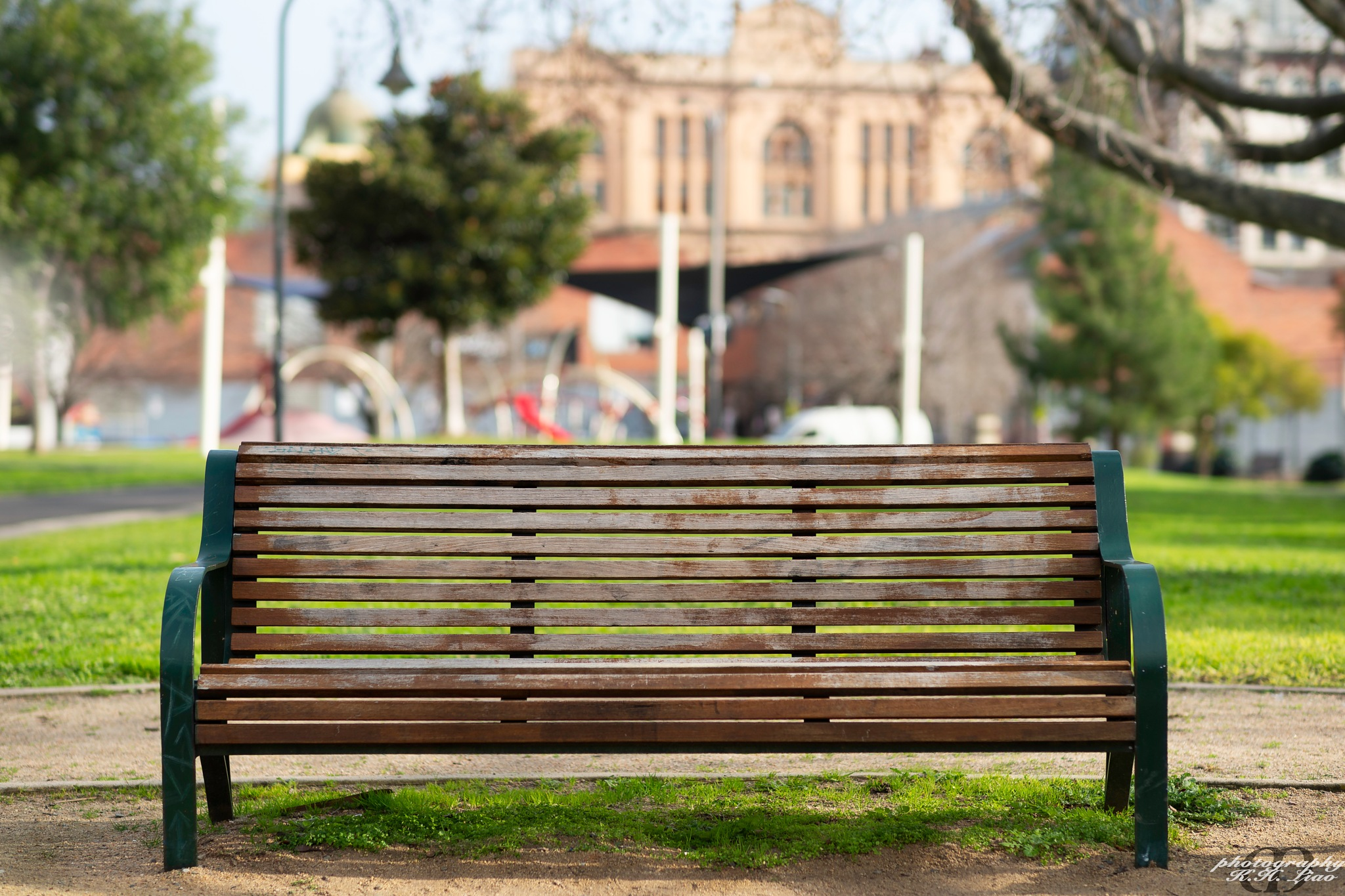 Simple Bench by Moore Liao