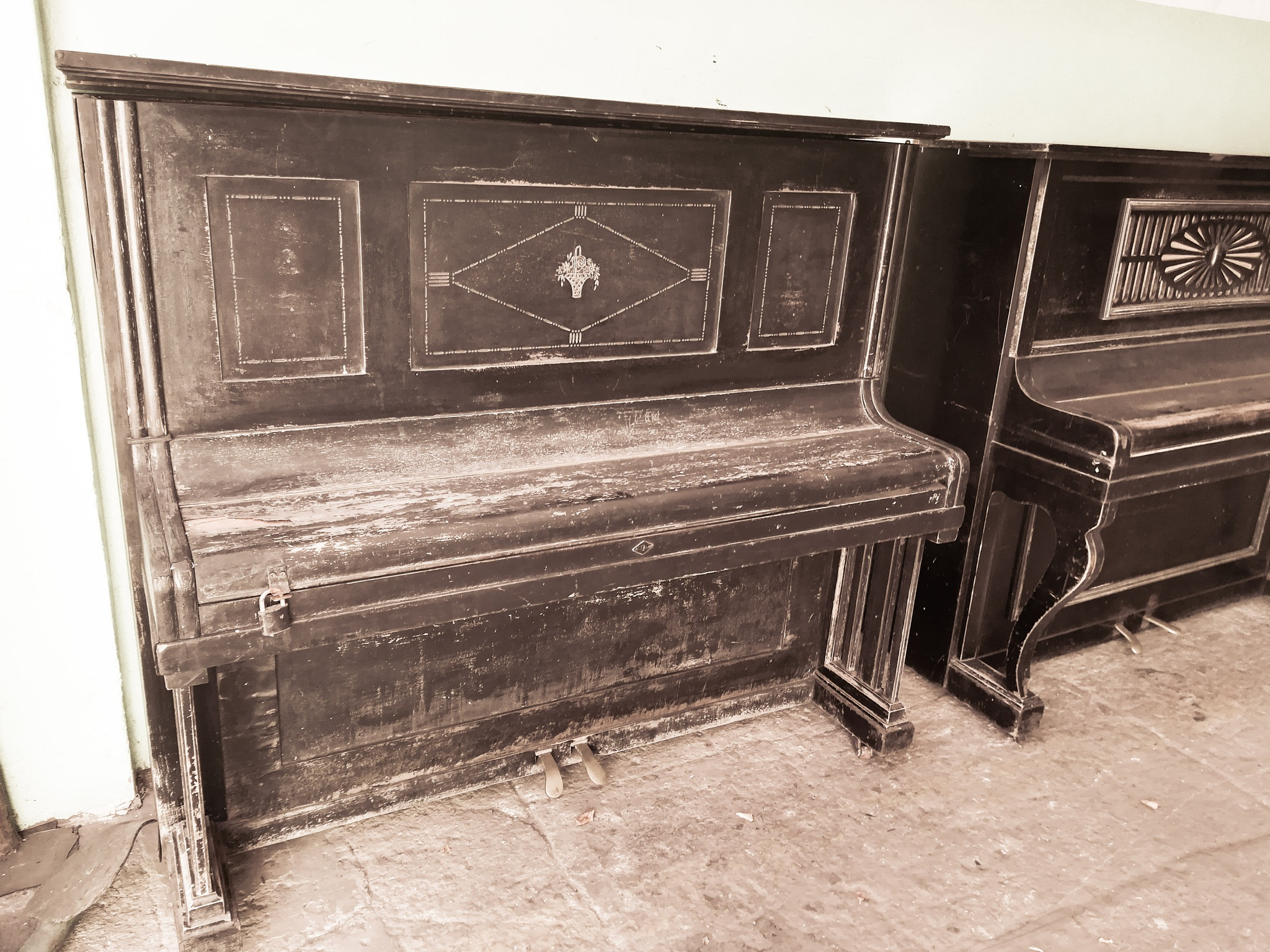 old piano... by BlackMirror