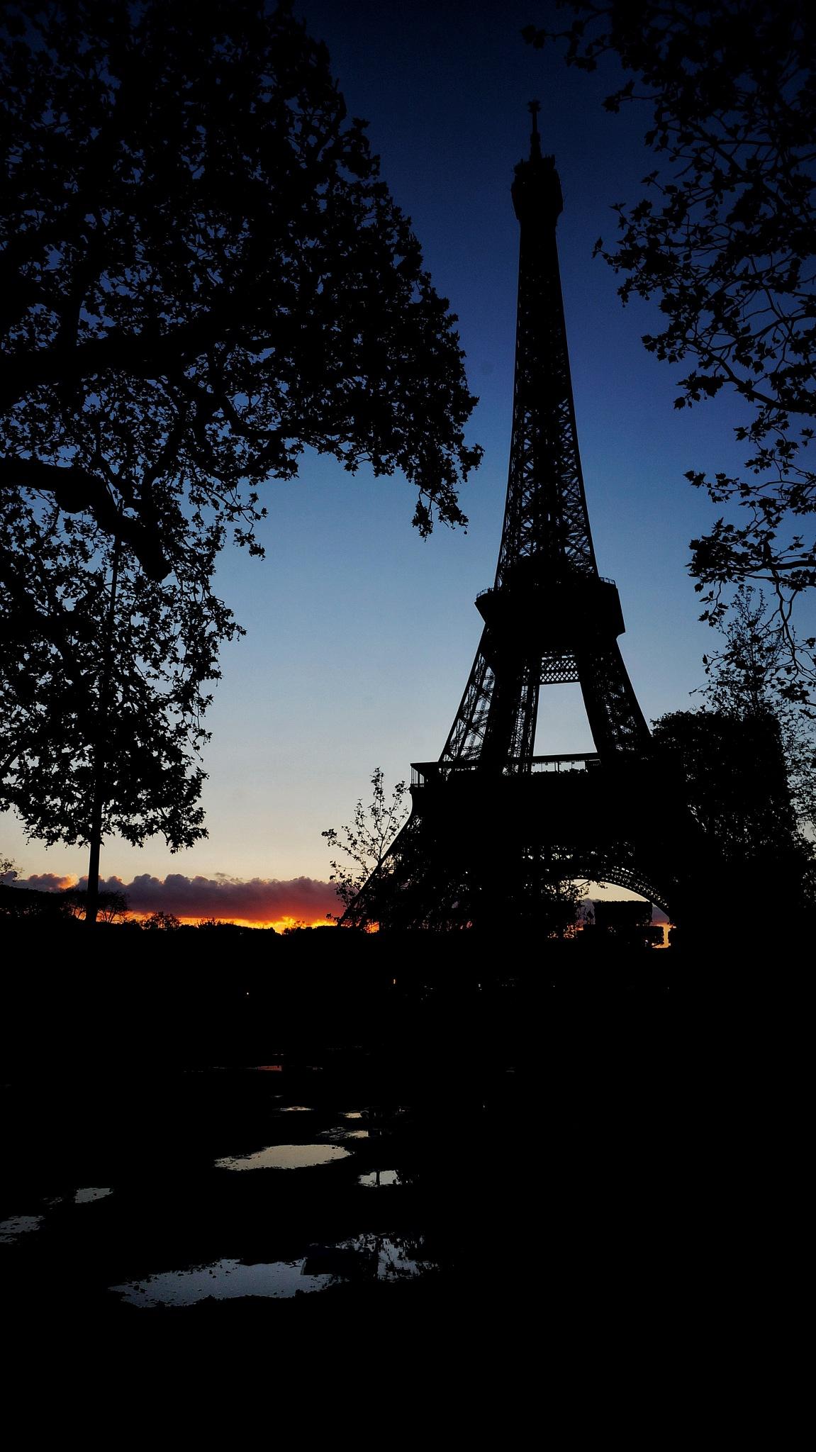 Sunset in paris by Robin van den Berg