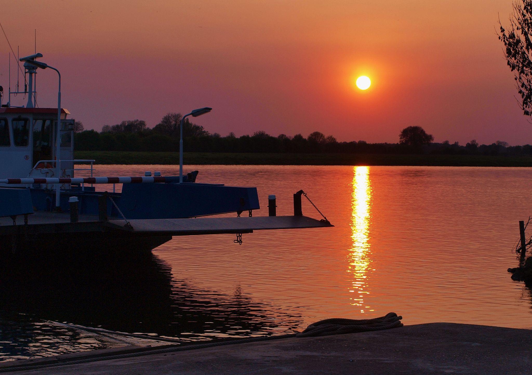 zonsondergang aan de maas in Afferden by hgogh