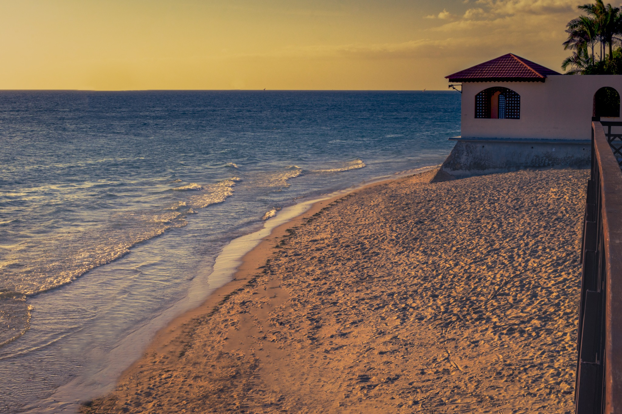 Sunset vibes by the beach by Laith Soaadi