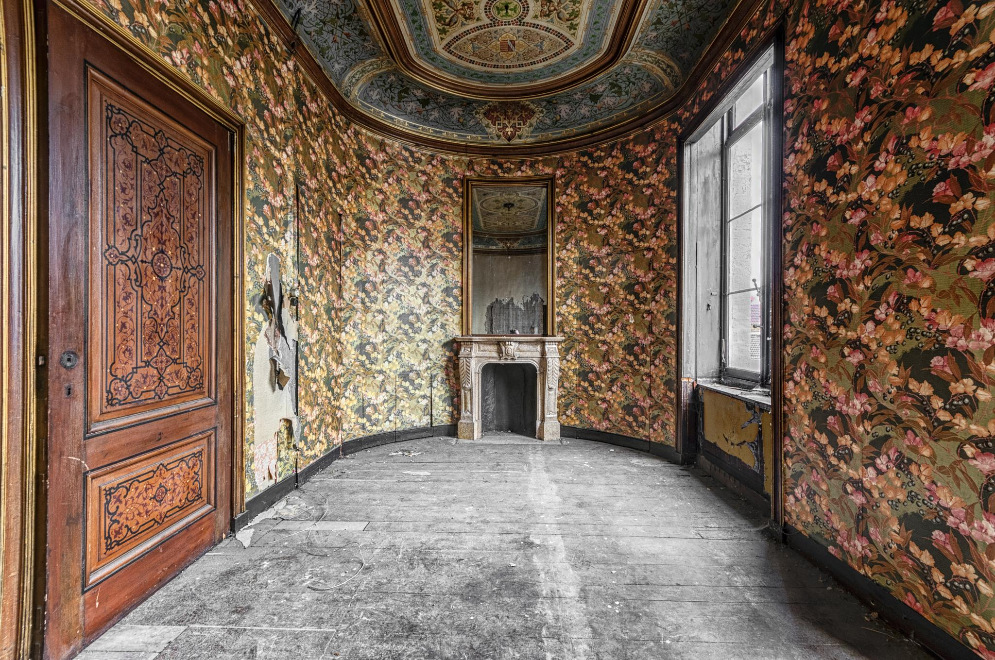 Inside the decay .. the oval room by Joël Arys