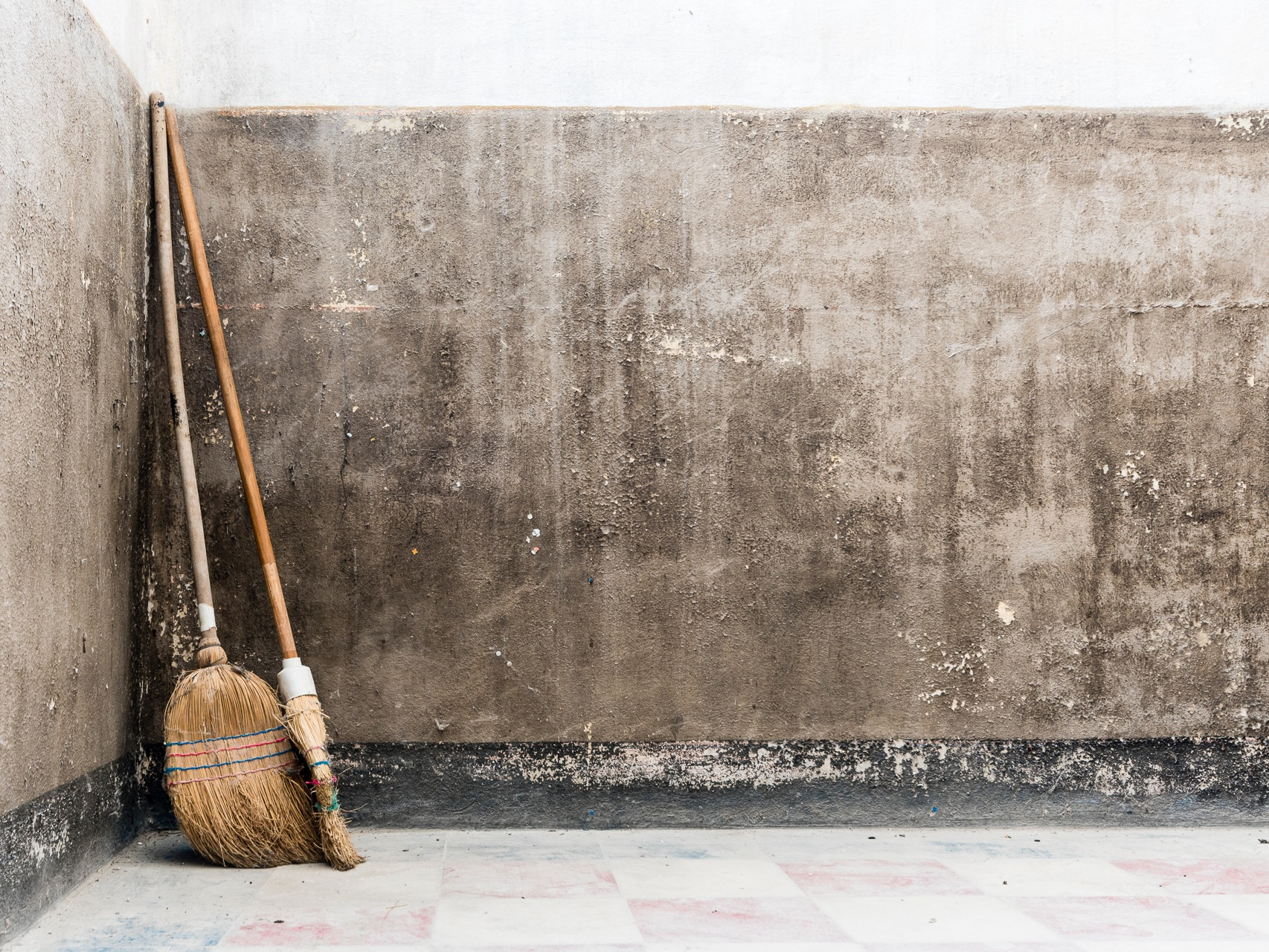 A new broom sweeps clean, but the old broom knows the corners by Joël Arys