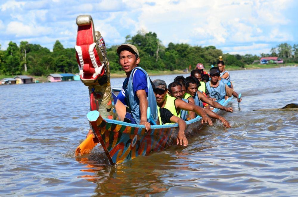 kejuaraan perahu naga disungai mahakam kutai barat by diankarebeth