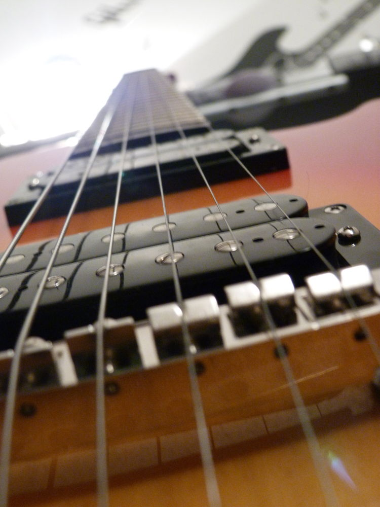 Guitare = Instrument permettant d'atteindre la lumière.! by Antoine.J Photography