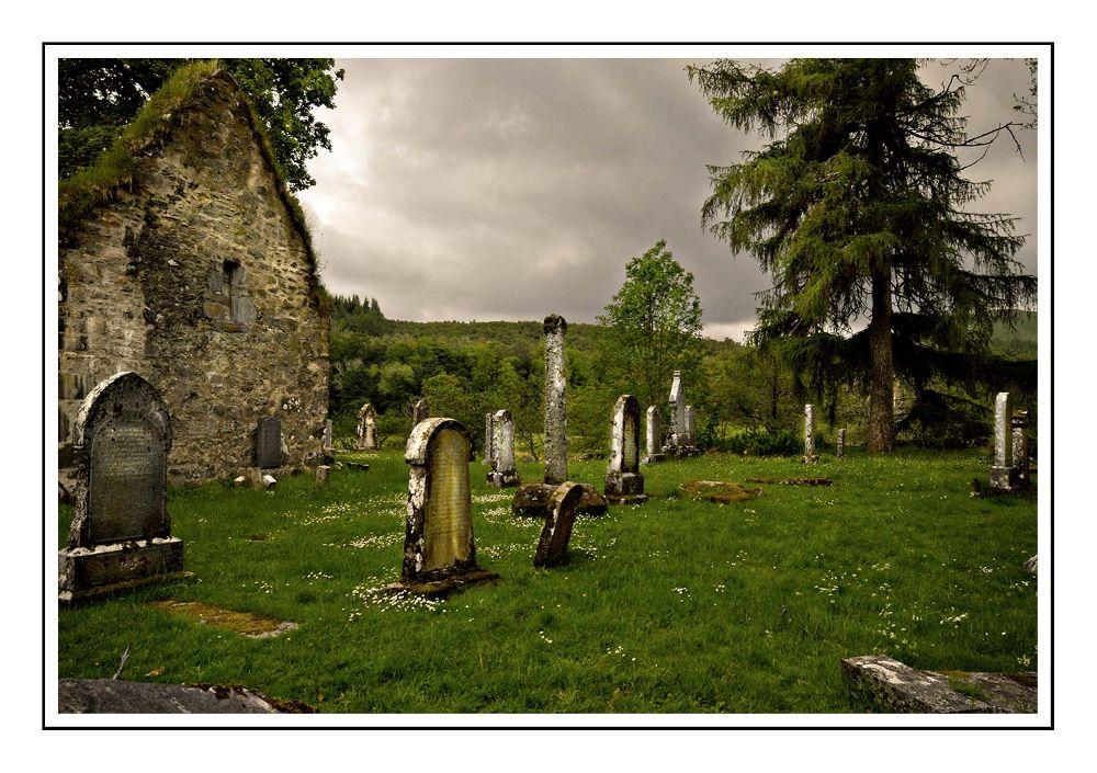 zeer oud kerkhof by danita