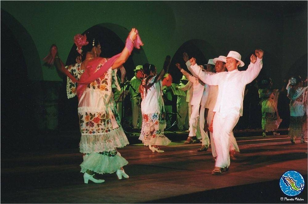Traditional dancing. Merida, Yucatan, Mexico. by El Planeta México