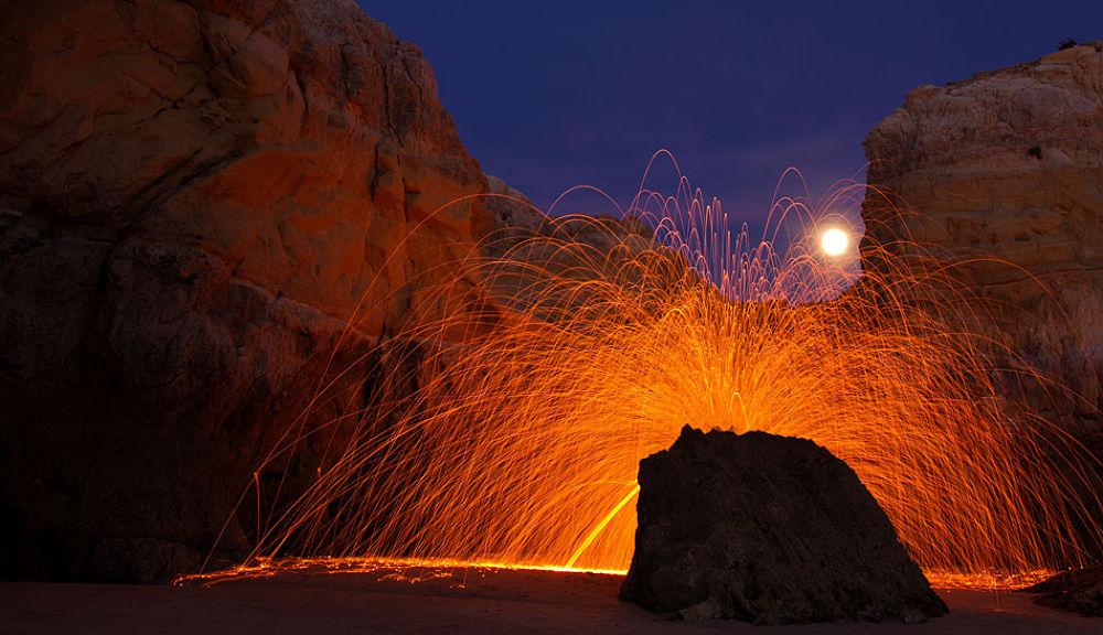 Rocha de fogo numa noite de lua cheia by Jose Simoes