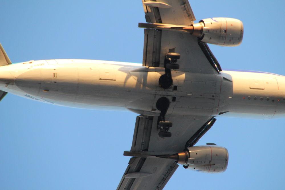 a passenger plane by Hiroshi_Kume