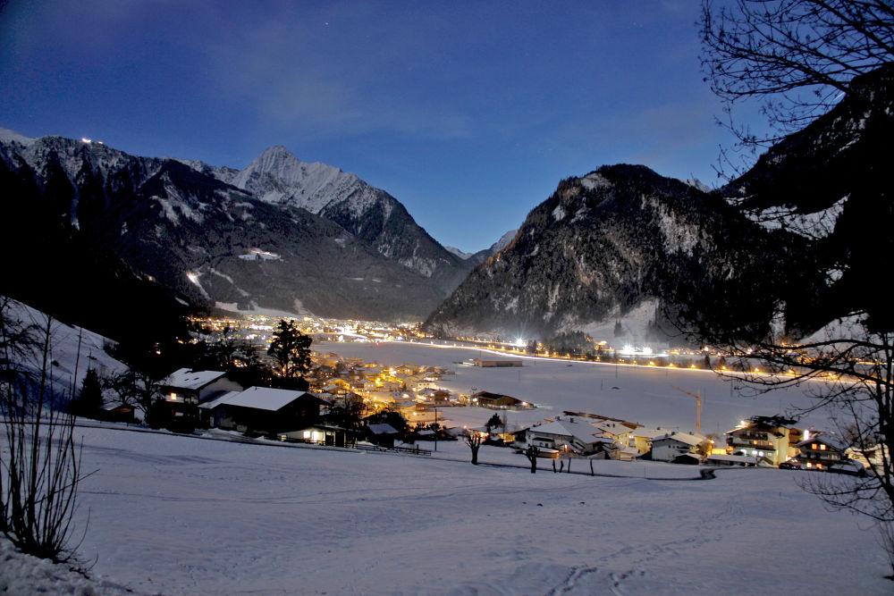 Nachtfoto-Blick nach Mayrhofen by teberharter