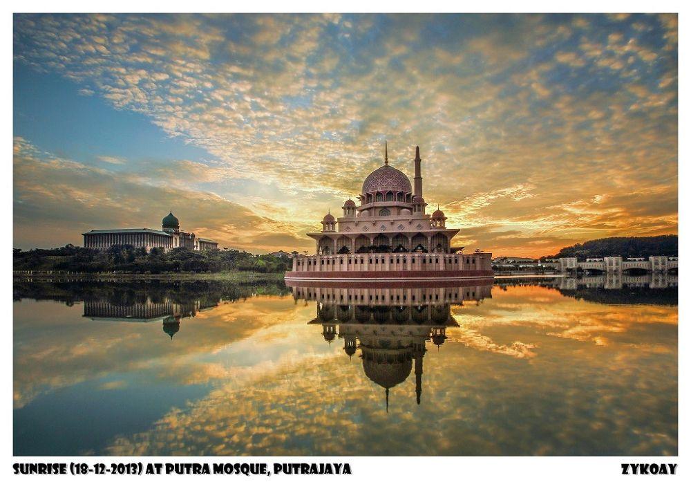Sunrise at Putra Mosque (Masjid Putra) 布特拉清真寺/玫瑰清真寺/粉红清真寺 - Presint 1, Wilayah Persekutuan Putrajaya by zhongyingkoay