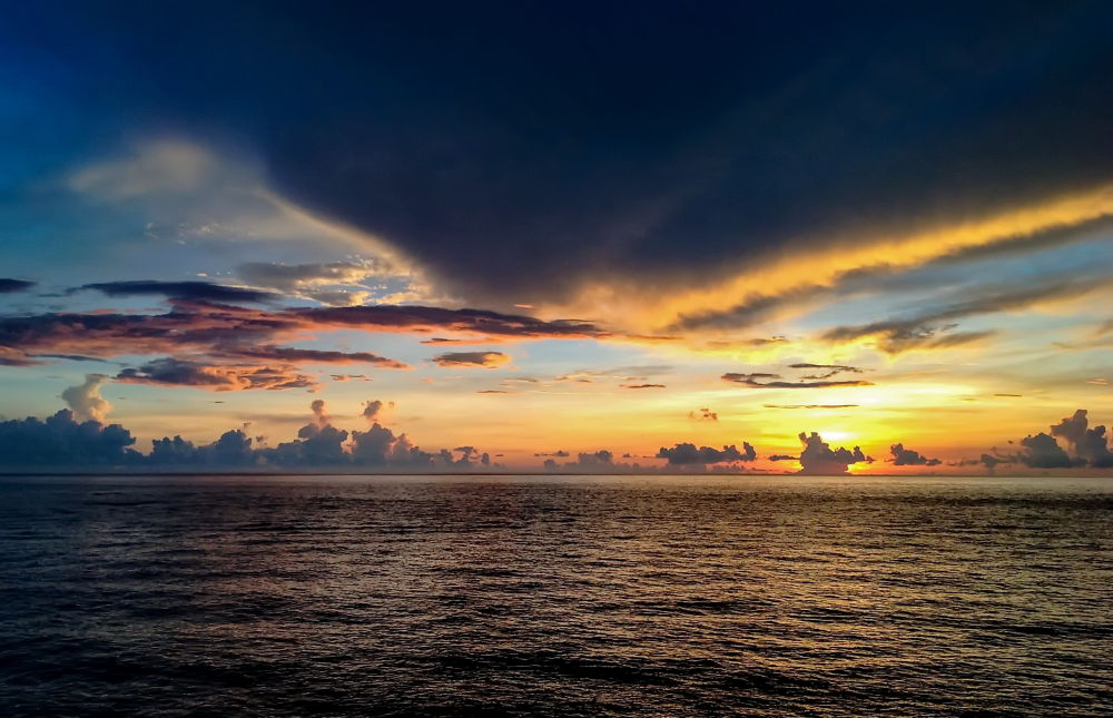 Sunset on the Truong Sa island by phamthuthuy9