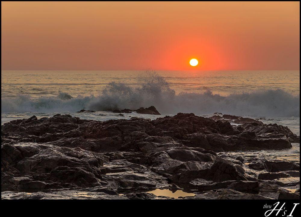sunset with splashing waves by HelenaSousa