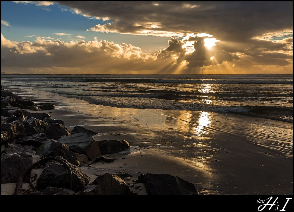 sunset rays over Table Bay by HelenaSousa
