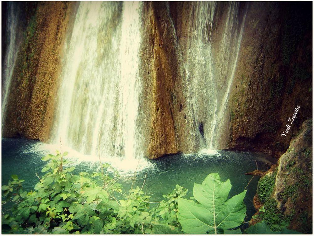 Cayendo al lago 2.jpg by yuyizapata