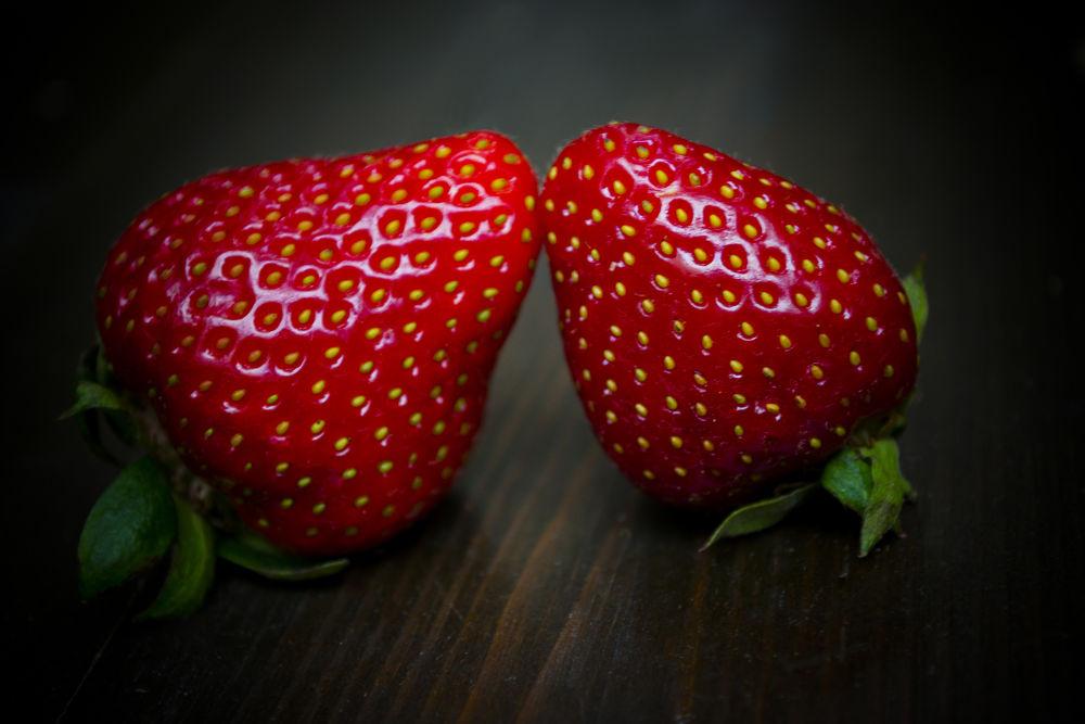 strawberry kiss in love by schnauzenbautzer