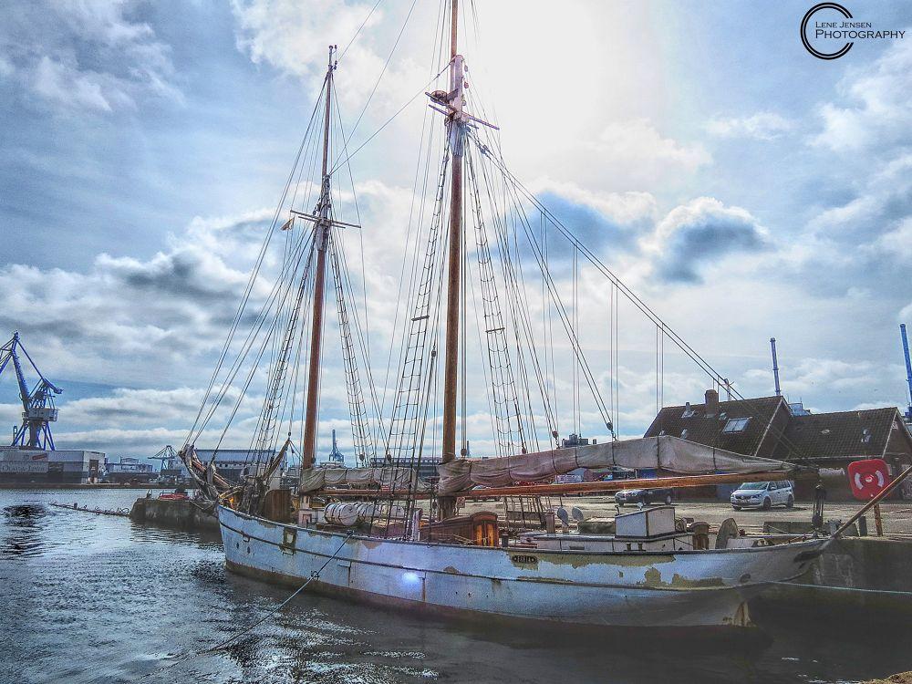 Ship by lenejohansen969